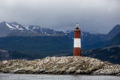 Farol Les Eclaireurs, en röd och vit gjord randig fyr på den steniga ön på beaglekanalen, Ushiaia, Argentina royaltyfria foton