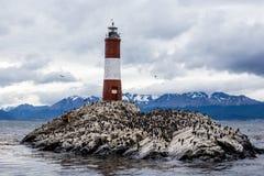 Farol Les Eclaireurs, en röd och vit gjord randig fyr på den steniga ön på beaglekanalen, Ushiaia, Argentina royaltyfria bilder
