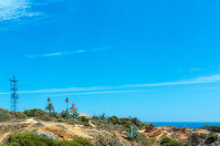 Farol na costa rochosa atlântica & no x28; O Algarve, Portugal& x29; Foto de Stock Royalty Free