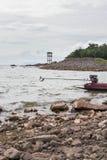 Farol na ilha rochosa Foto de Stock Royalty Free