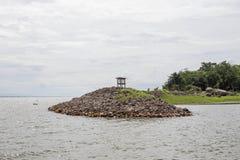Farol na ilha rochosa Imagens de Stock