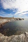 Farol na rocha em Menorca, mar Mediterrâneo imagem de stock
