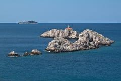 Farol nas rochas, mar de adriático, Croatia Fotos de Stock Royalty Free