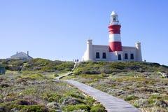 Farol no cabo Agulhas em África do Sul no fundo do céu azul fotos de stock