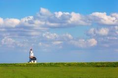 Farol no fundo do céu azul bonito Fotografia de Stock