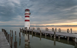Farol no lago Neusiedl no por do sol foto de stock royalty free
