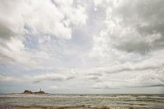 Farol que está na praia em Vietname foto de stock