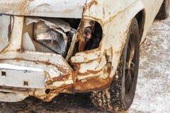 Farol quebrado e corrosão do metal em um carro velho foto de stock