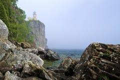 Farol rachado da rocha, névoa imagens de stock