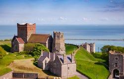 Farol romano e igreja Dover Castle Kent do St Mary de Castro fotografia de stock