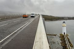 Farol sob a ilha da ponte de Skye foto de stock royalty free