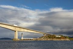 Farol sob a ilha da ponte de Skye imagens de stock royalty free
