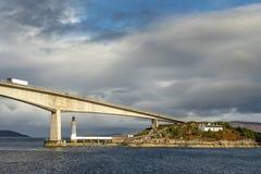 Farol sob a ilha da ponte de Skye imagem de stock