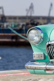 Farol velho do carro perto do mar fotos de stock