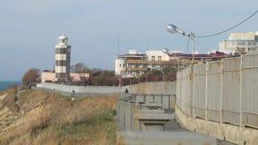 Farol velho na estação Torre e torre de vigia do mar Estação marinha velha vídeos de arquivo