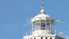 Farol velho na estação Torre e torre de vigia do mar Estação marinha velha video estoque