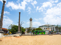 Farol velho na praia de Pondicherry fotos de stock royalty free