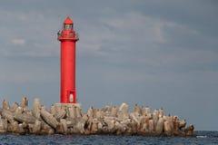 Farol vermelho em tetrapodes na entrada de porto de Naha okinawa Imagem de Stock Royalty Free