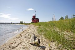 Farol vermelho grande no lago Michigan Fotos de Stock Royalty Free