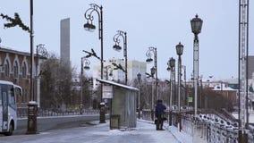 Farol viejo de la ciudad embellecido por las decoraciones del hierro existencias Farol en la ciudad Farol en la parada de autobús almacen de video