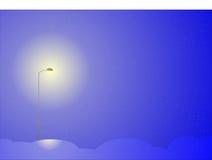 Farola de la noche en tempestad de nieve Imagen de archivo