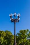 Farola en parque de la ciudad Fotos de archivo