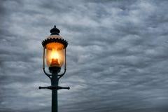Farola victoriana del estilo del vintage y cielo tempestuoso Imagen de archivo libre de regalías