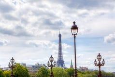 Farolas y torre Eiffel en el cielo parisiense Imágenes de archivo libres de regalías