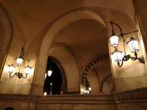 Farols e archs na entrada do museu do Louvre na noite imagens de stock
