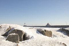 Faros en la costa congelada del lago Superior, Duluth, Minnesot Imagen de archivo