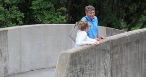 Farsa/dotter på bron Royaltyfri Fotografi
