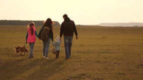 Farsa, mamma, d?ttrar och husdjur, turister teamwork av en t?tt sammanh?llen familj familjen reser med hunden ?ver stock video
