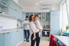 Farsa mamma, liten dotter i köket Royaltyfria Bilder