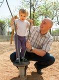 Farsa med den lilla dottern på lekplats Royaltyfria Foton