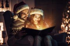 Farsa med dottern på helgdagsafton för ` s för nytt år arkivbild