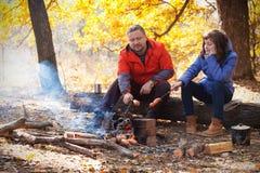Farsa med dottern på picknick Arkivfoto