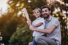 Farsa med sonen som spelar baseball Fotografering för Bildbyråer