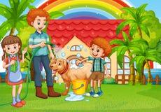 Farsa och barn som ger hund ett bad Arkivfoto