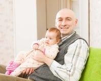 Farsa och liten dotter royaltyfria bilder