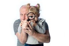 Farsa och liten flicka som ser fast beslutsamt Arkivbilder