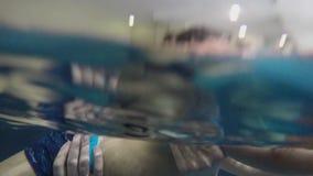 Farsa och liten sonsimning i den inomhus pölen lager videofilmer