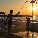 Farsa och son på kusten Royaltyfri Foto