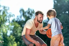 Farsa och son som spelar basket arkivbild