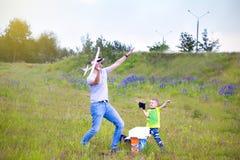 Farsa och son som spelar i flygplanet på en sommardag utomhus arkivbilder