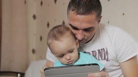 Farsa och son som spelar på minnestavlan stock video