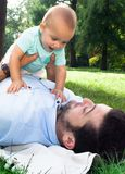 Farsa och son som spenderar utomhus- tid på en sommardag Fotografering för Bildbyråer
