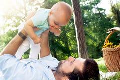 Farsa och son som spenderar utomhus- tid på en sommardag Royaltyfri Fotografi