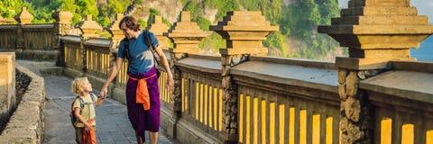 Farsa- och sonhandelsresande i den Pura Luhur Uluwatu templet, Bali, Indonesien Fantastiskt landskap - klippa med blå himmel och  arkivfoto