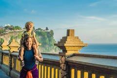 Farsa- och sonhandelsresande i den Pura Luhur Uluwatu templet, Bali, Indonesien Fantastiskt landskap - klippa med blå himmel och  arkivbild