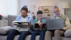 Farsa och sonläsebok och tidning som åldras maninnehavbärbara datorn, utvecklingar lager videofilmer
